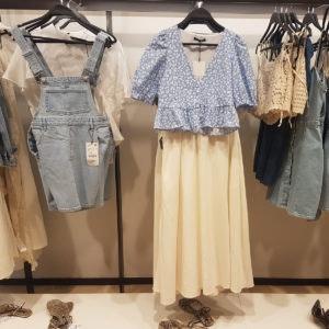 Mit einem Jeans-Minikleid von Zara als Festival-Outfit, kann die Party starten.