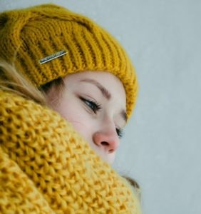 Strick in kräftiger gelber Farbe in der Wintermode