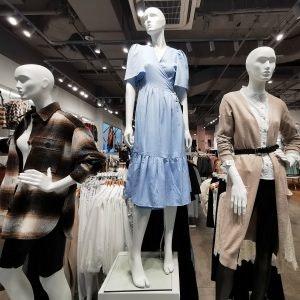 Entdecke luftige Sommerkleider in den MÜNSTER ARKADEN wie diese mit V-Ausschnitt von ONLY