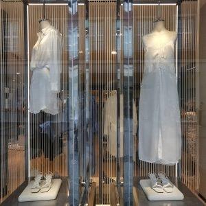 Entdecke luftige Sommerkleider in den MÜNSTER ARKADEN wie diese in Weiß von ZARA
