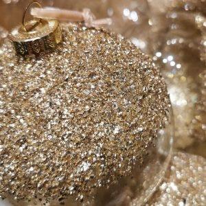Sei im Trend mit glitzernder Weihnachtsdeko in Metallic-Tönen von Søstrene Grene