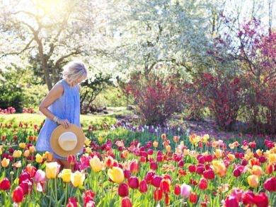 Frau zwischen Blumen - Frühjahrsmode 2018 im HOFGARTEN Solingen