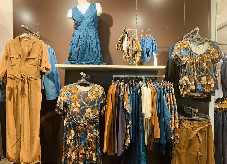 Im HOFGARTEN SOLINGEN gibt es viele tolle Modetrends wie diese blauen Stoffe bei Orsay