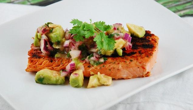 Postas de salmão com batata doce e brócolos