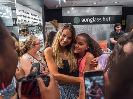Sara Matos com fãs na Sunglass Hut