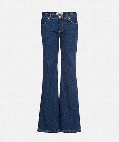 Tronco comprido | Calças de cintura extra subida e longas criam a ideia de que as pernas são maiores. | Lanidor, 44,90€
