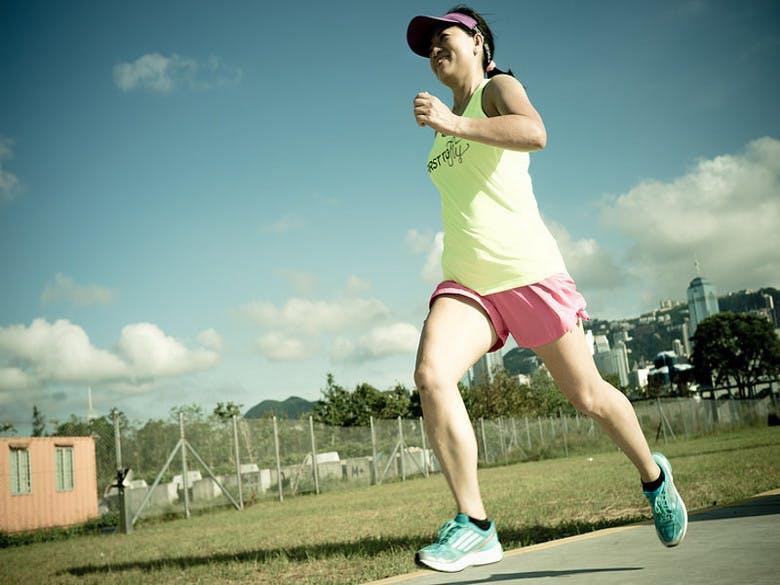 pessoa alegre a correr