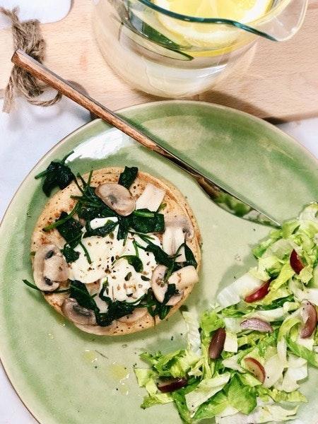 Panqueca de aveia com cogumelos e espinafres salteados, mozarela e salada de iceberg