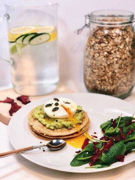 Panqueca de aveia com ovo escalfado, guacamole e salada de espinafres e beterraba