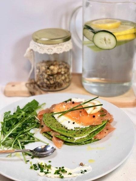 Panqueca de espinafres com salmão fumado, ricota e salada de rúcula