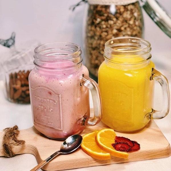 Smoothies de frutos vermelhos e sumos naturais de laranja