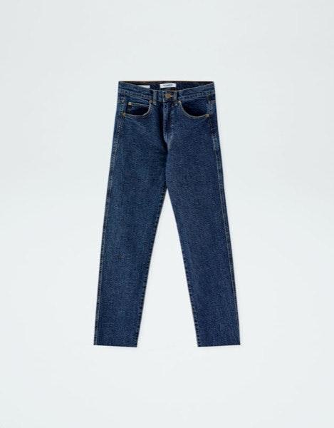 Ancas largas   Os modelos de cintura subida que são justos nas ancas são a melhor opção.   Pull&Bear, 19,99€