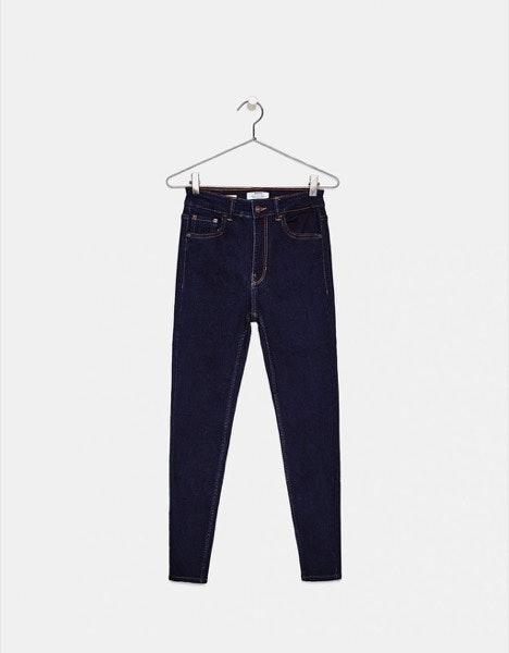 Baixas   Os skinny jeans em tons mais escuros ajudam a prolongar a silhueta.   Bershka, 19,99€
