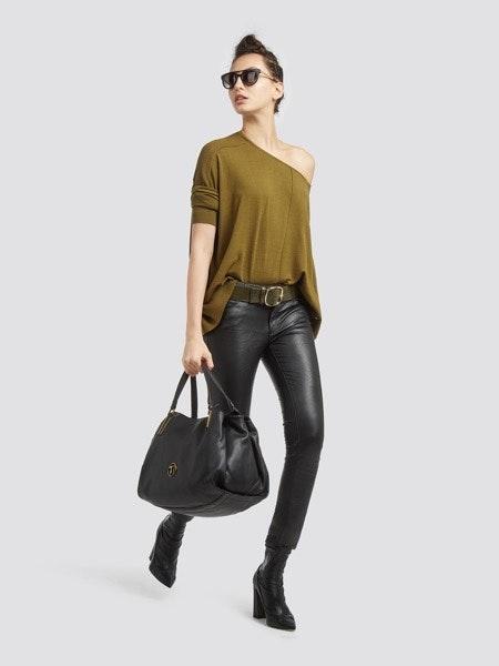Camisola malha 95€ -30%, calça ecopele 135€ -30%, cinto 79€ -30%, mala 155€ 30%