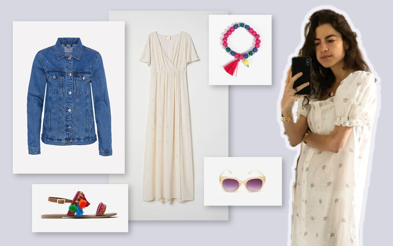 Leandra Medine Cohen | O vestido branco domina o look, muito leve. Leandra juntou-lhe as sandálias e os acessórios coloridos e nós tomámos a liberdade de lhe juntar um casaquinho de ganga - não fosse arrefecer.