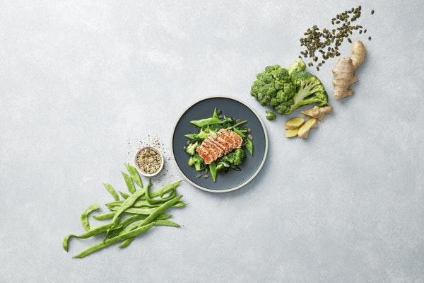 Sexta-feira: Tataki de Salmão com Trilogia de Verdes | Uma receita low carb, onde se destaca o salmão. Este peixe é uma ótima fonte de proteínas de alto valor biológico, ou seja, com excelente perfil no que toca a aminoácidos essenciais. Contém ainda vitamina B12, fundamental para o bom funcionamento das células nervosas e do sistema neurológico.