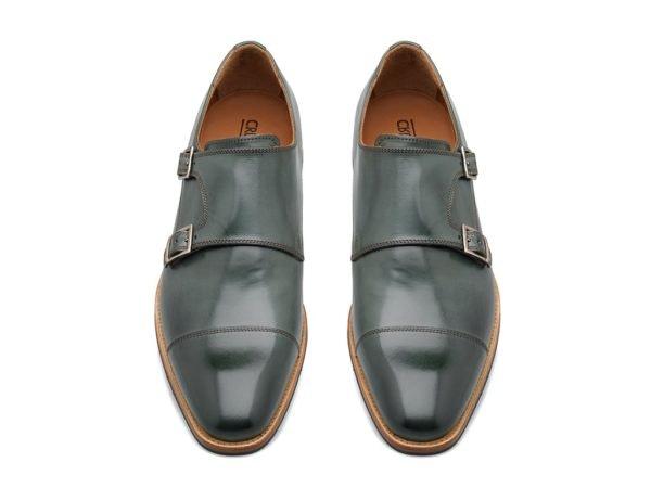 Sapatos com fivela, preço sob consulta