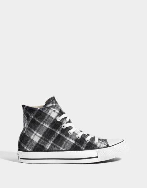 Sneakers Converse, 74,99€ e agora a 25,99€, na Bershka