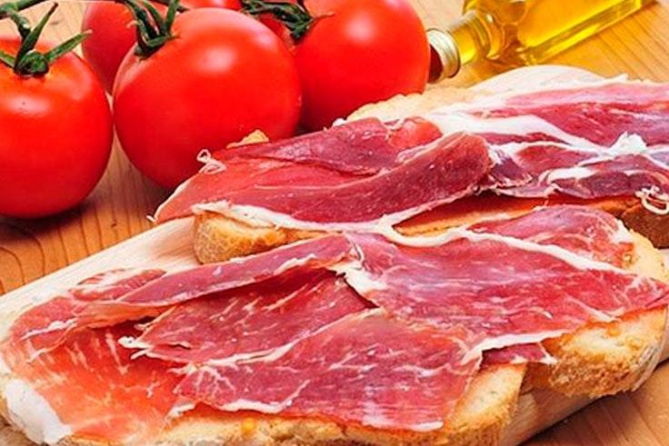 Desayuno mediterráneo con jamón