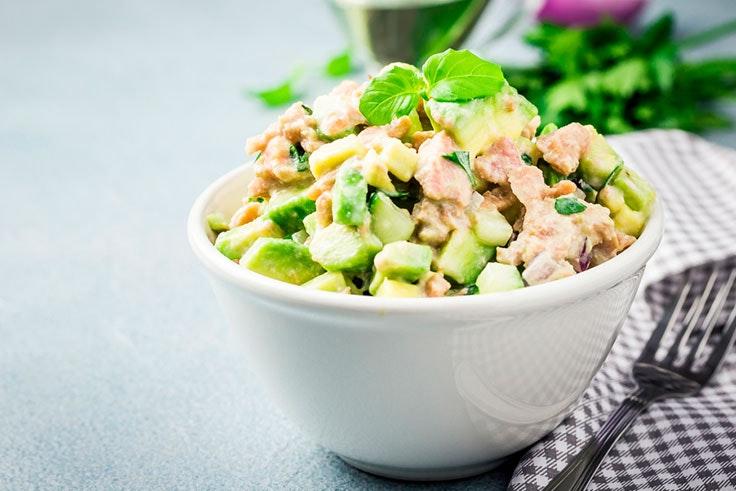 Receta original de ensalada con aguacate atún y queso