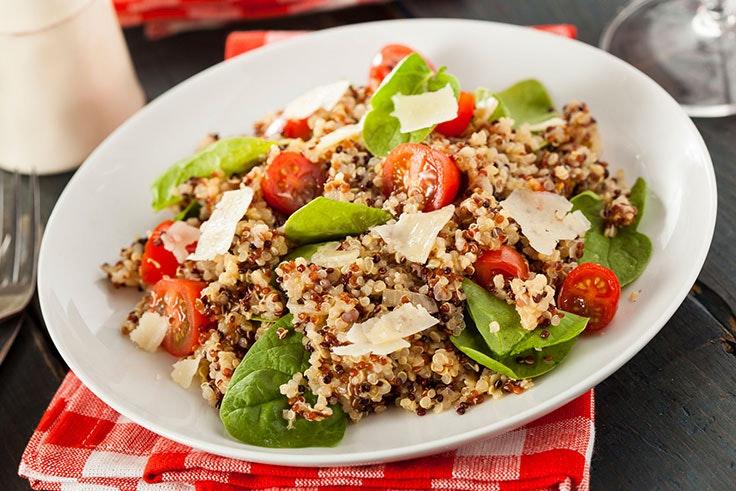 Ensalada original con quinoa y verduras para comer en verano