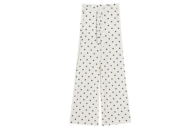 Tendencia de pantalones palazzo con estampado de lunares