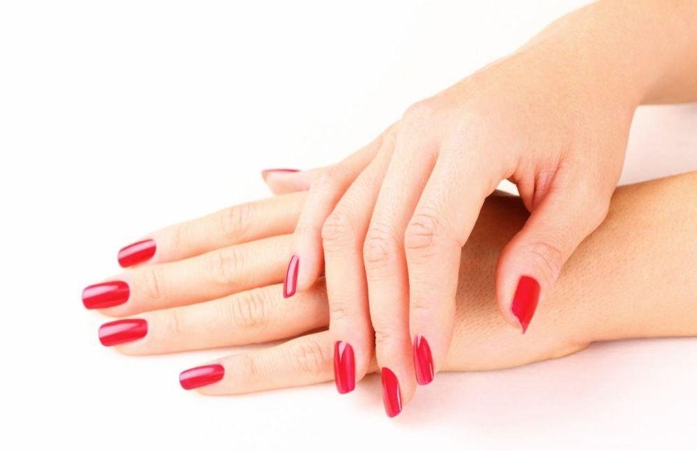Manicura de uñas permanente en color rojo