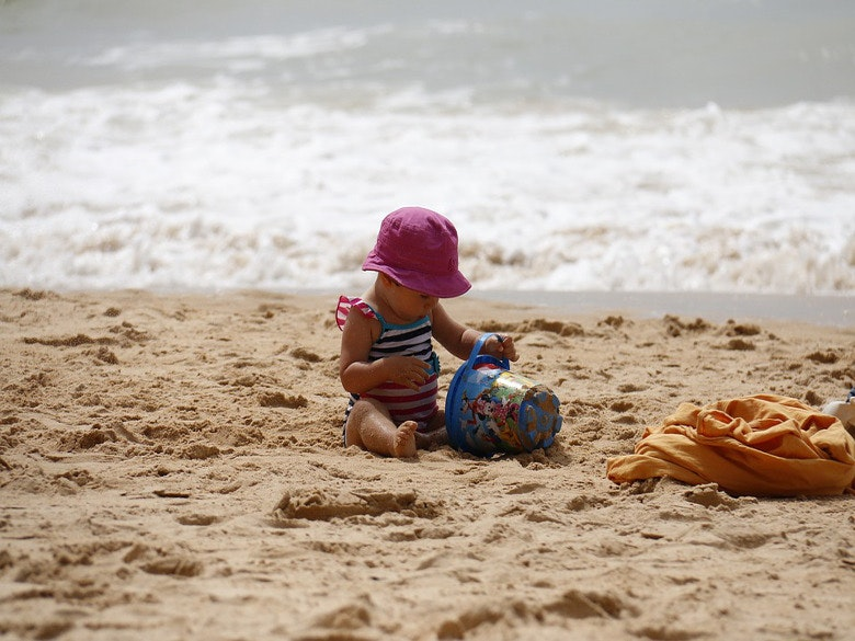 criança praia