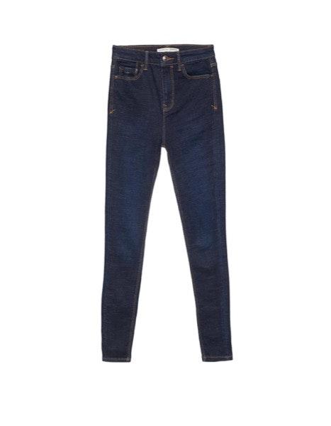 Barriguinha | As calças de cintura subida, com elasticidade na ganga, ajudam a suavizar o volume abdominal. | Stradivarius, 19,99€