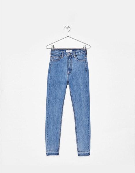Rabo pequeno | Os modelos de cintura subida com bolsos acima dão a ideia de um derrière mais saliente. | Bershka, 19,99€