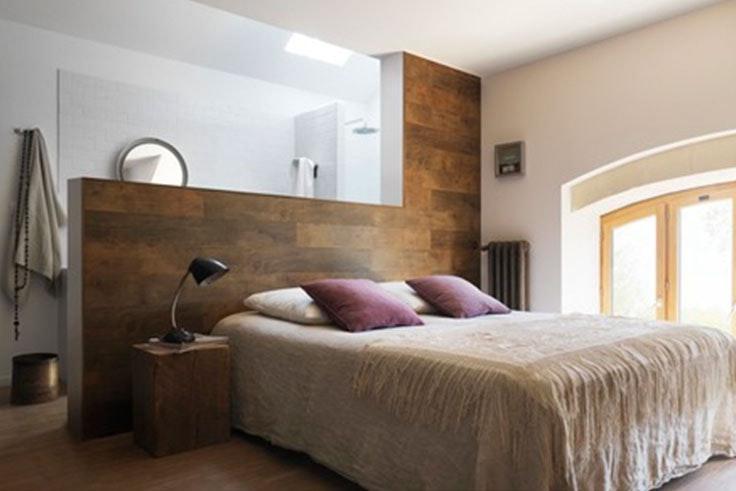 Dormitorio rústico con madera