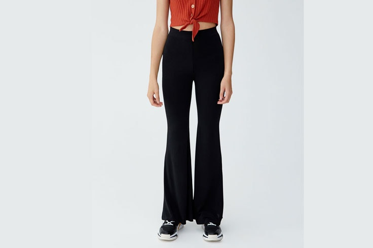 pantalon-negro-campana-pull-and-bear