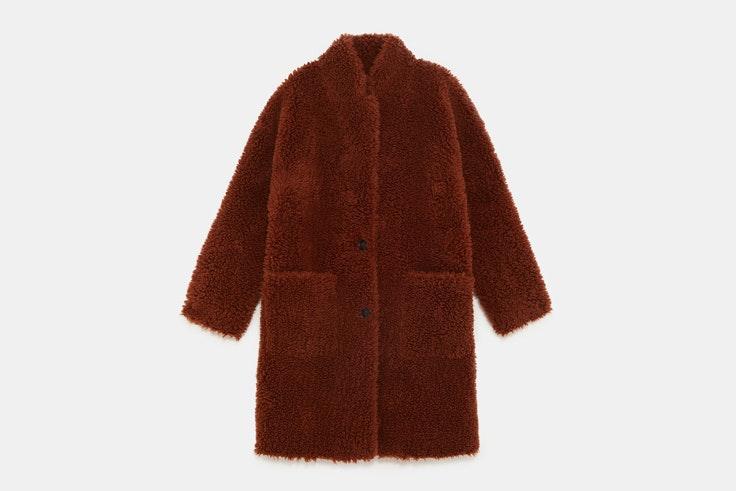 abrigo-largo-borreguito-marron-oscuro-zara
