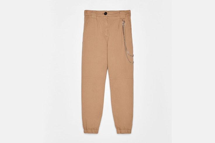 pantalon-beige-de-cargo-detalle-cadena-bershka