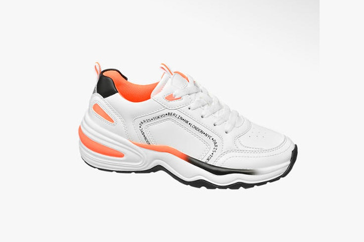 zapatilla-blanca-deportiva-detalles-naranjas-marta-lozano-deichmann