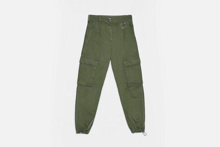 bartabac-look-casual-pantalon-cargo-top-blanco-bolso-mini-bershka