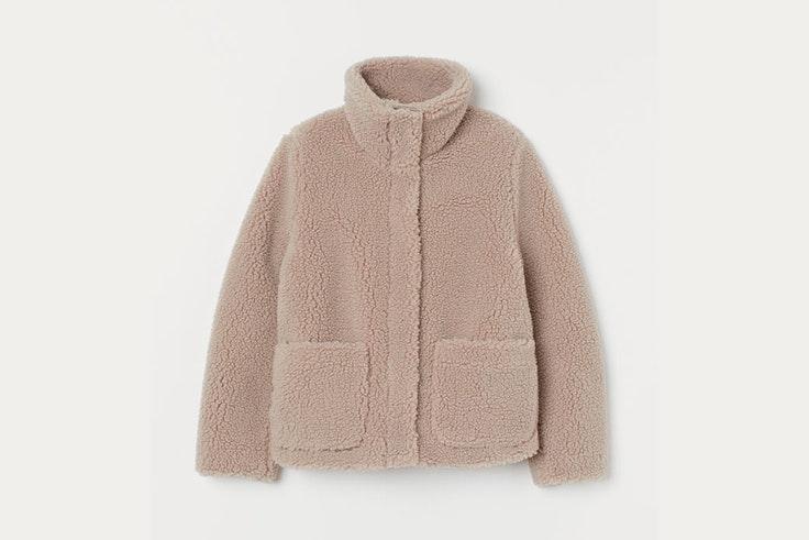 chaqueta borreguito color beige con cuello alto hm concious