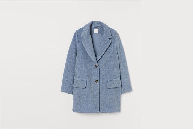 abrigo corto azul de H&M Paola Alberdi