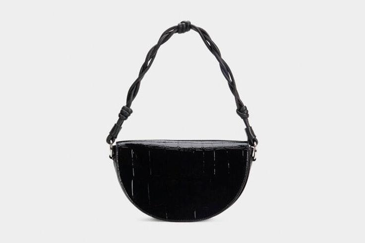 Bolso baguette negro con textura de cocodrilo de Parfois
