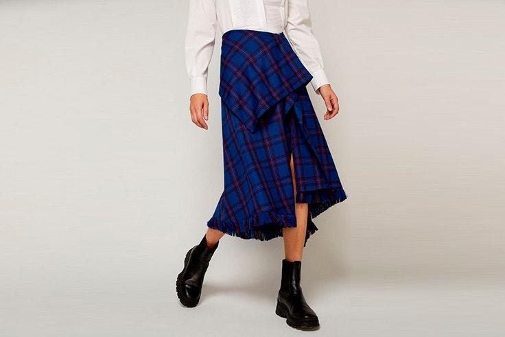 Falda midi de cuadros en color azul eléctrico con flecos de Sfera