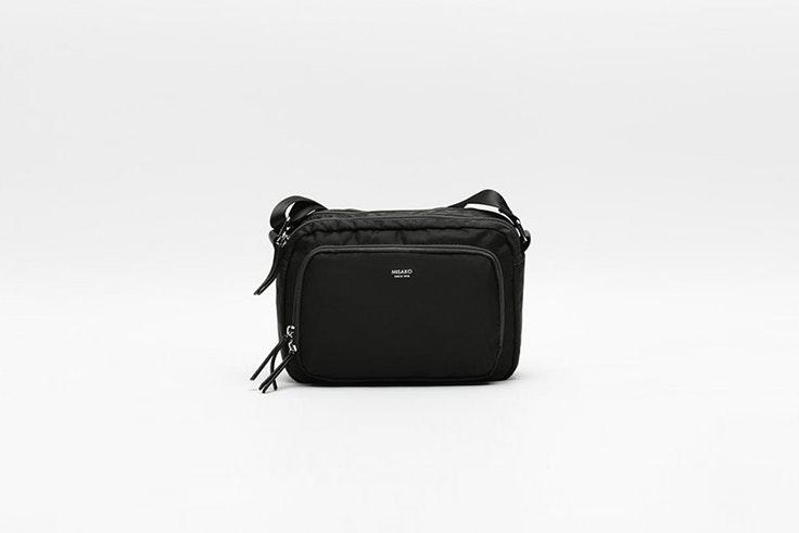 bolso negro bandolera de nylon de misako Olivia Frost