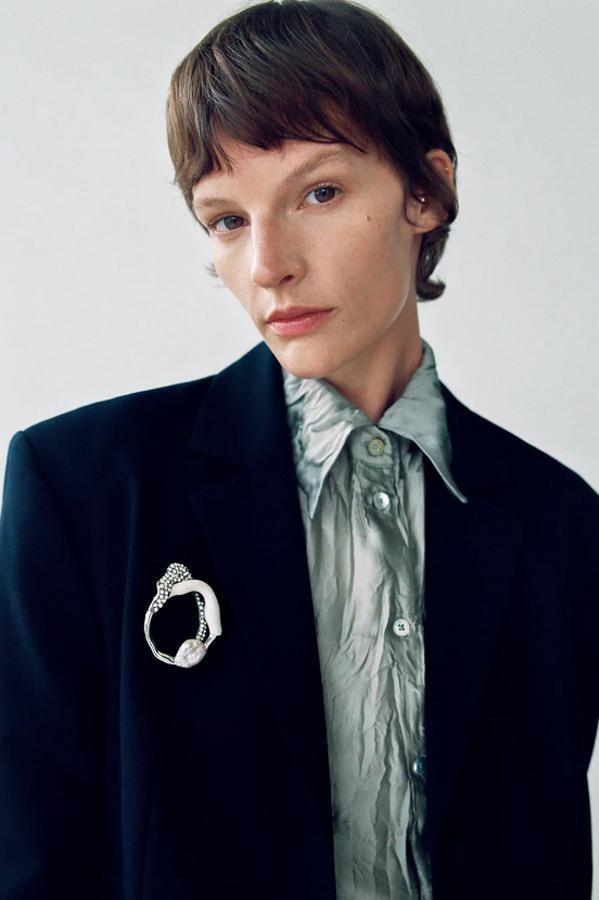 Los broches están de moda: broche con perlas