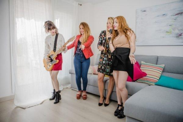 Ideas para celebrar la Nochevieja en familia: Karaoke
