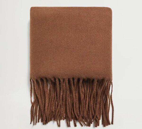 Apuesta por el marrón en invierno: bufanda
