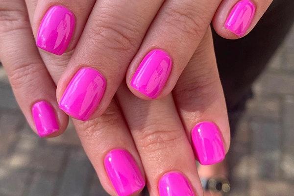 Manicuras de moda esta primavera: uñas neón