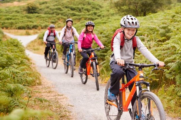 Niños de excursión en bici