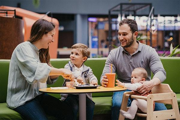 Familia feliz disfrutando de una merienda en GranCasa