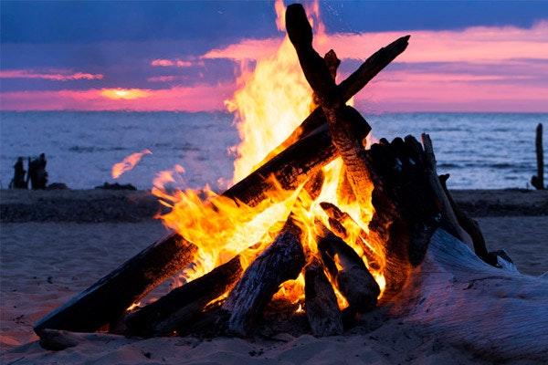 Hoguera en la playa en la Noche de San Juan. Fuente: Freepik