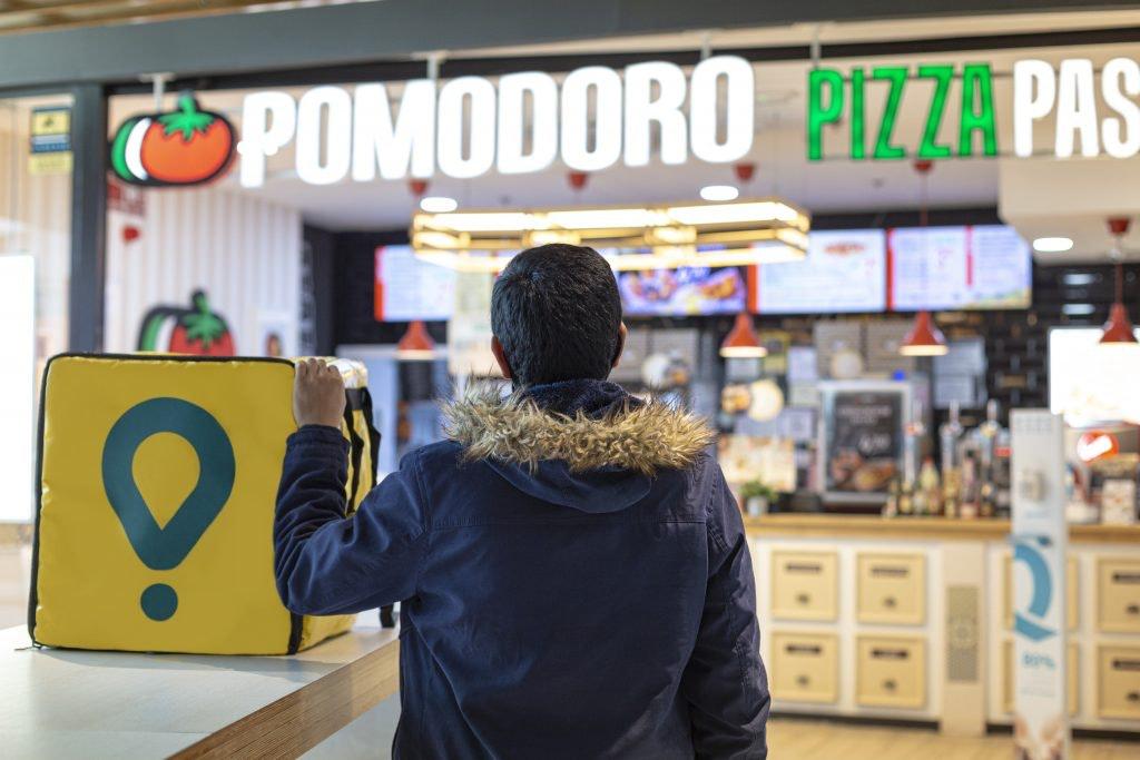 Un repartidor recoge el pedido en Pomodoro
