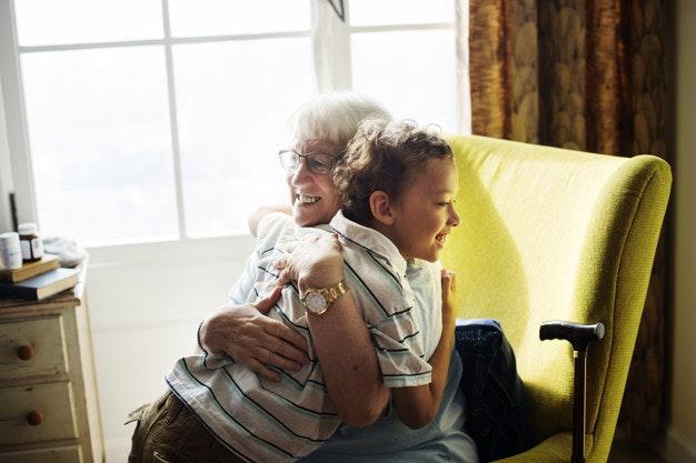 Abuela abrazando a nieto